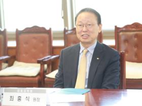 '셀프 연임 비판' 최흥식 금감원장과 금융지주 회장 '첫 대면'